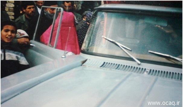 """عکس قدیمی مربوط به مراسم """"گلین چیخما"""". در این عکس عروس را با  دوواق قرمز رنگ با وانت به خانه بخت میبرند."""